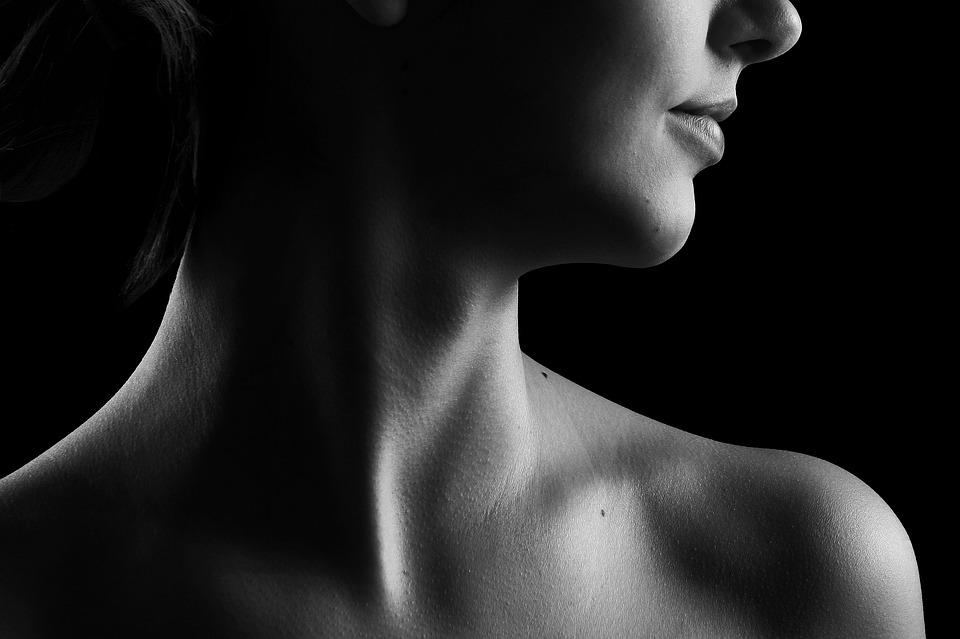 Foto del cuello de una mujer de perfil.